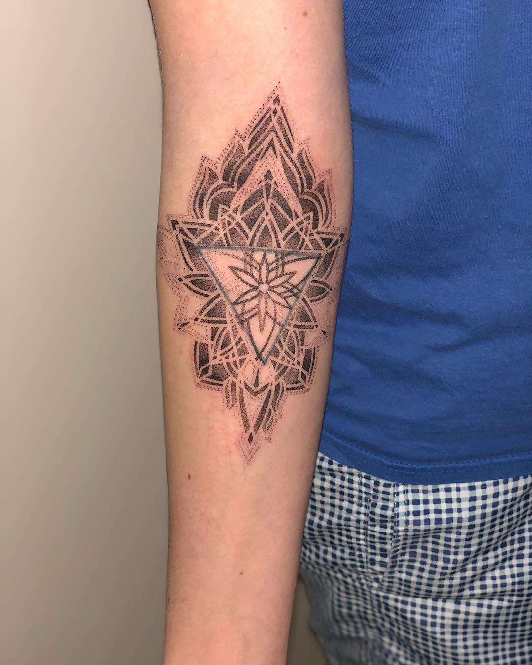 雍先生小臂梵花纹身图案